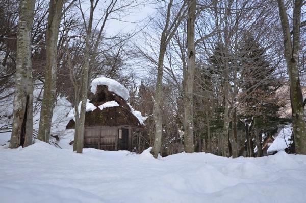 雪の積もった白川郷の神社