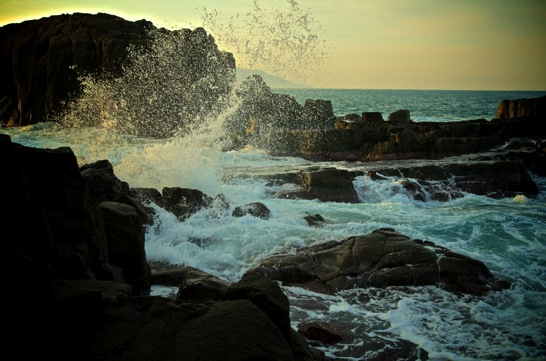 日本海の波しぶき