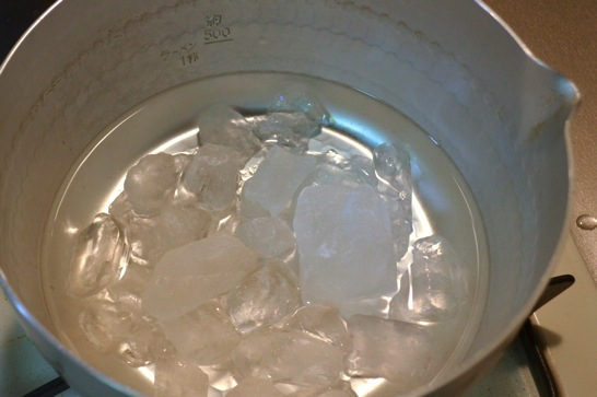 氷砂糖を鍋で溶かす