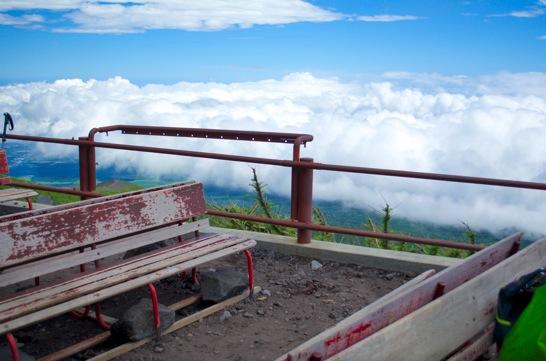 富士山六合目のベンチ