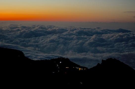 富士山のご来光を目指す人々