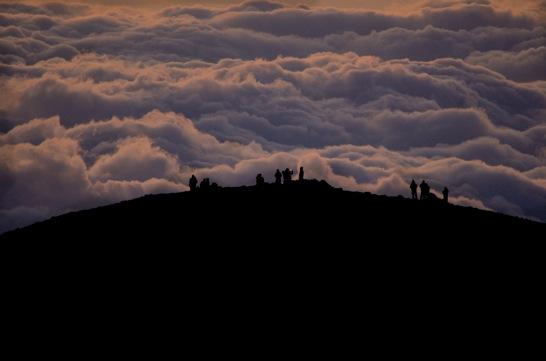 ご来光を待つ人々と雲海