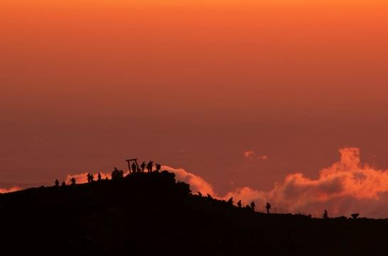 富士山頂でご来光を待つ人々