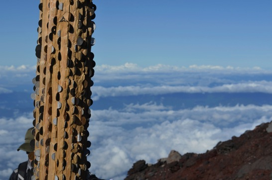 富士山の鳥居にささった小銭