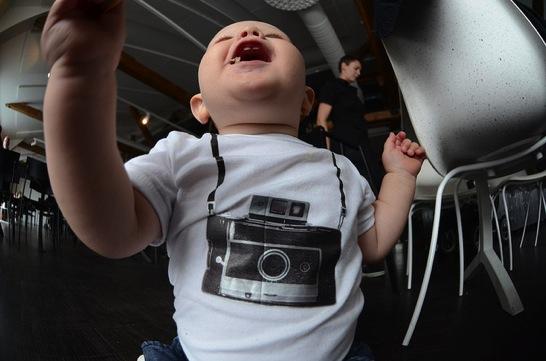 カメラのTシャツを着た赤ちゃん