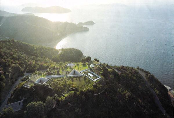 地中美術館の上空からの写真