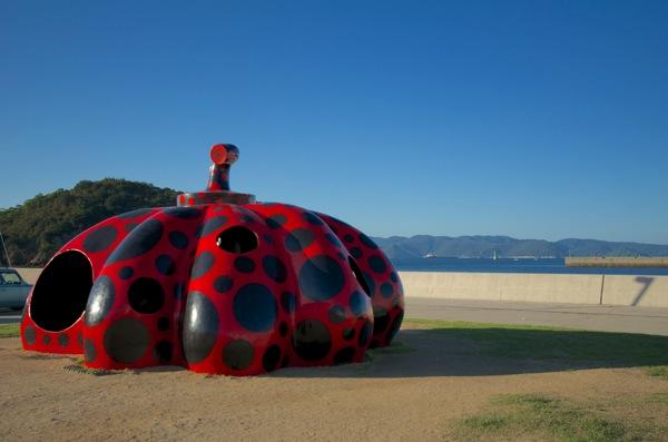 直島宮之浦港にある赤いかぼちゃ