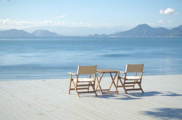 直島の海のそば