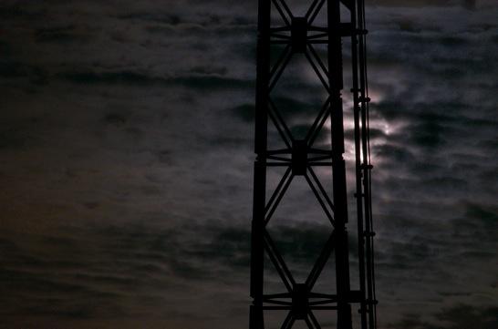 スーパームーンと鉄塔