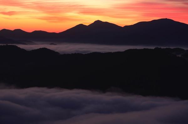 荒谷山の朝やけ