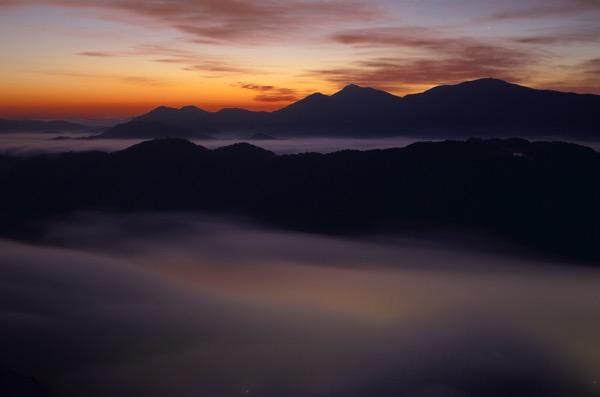 朝焼けの荒谷山の雲海