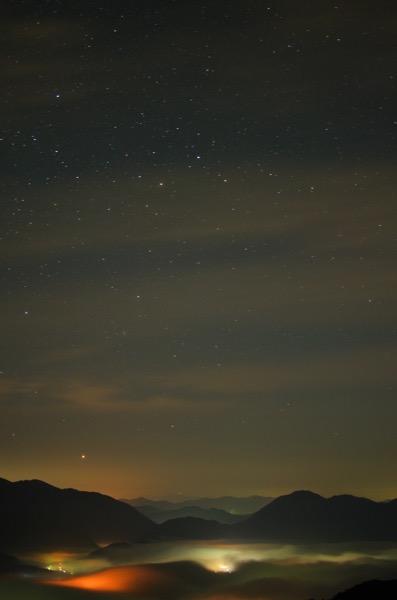 星と荒谷山の雲海