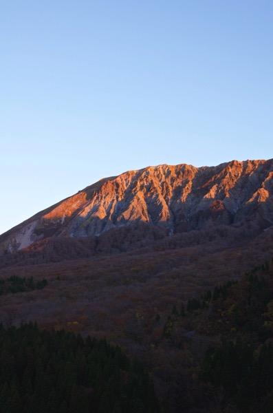 朝焼けでピンク色に染まる大山
