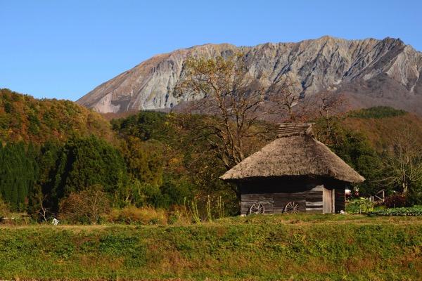 御机の茅葺き小屋と大山