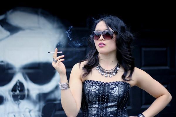 タバコを吸う女性と骸骨