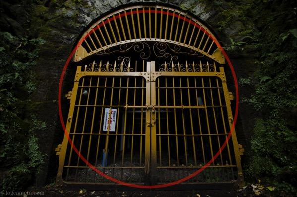 日の丸構図 門