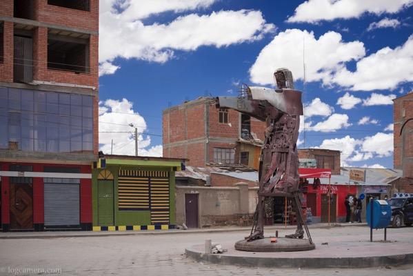 ウユニの銅像
