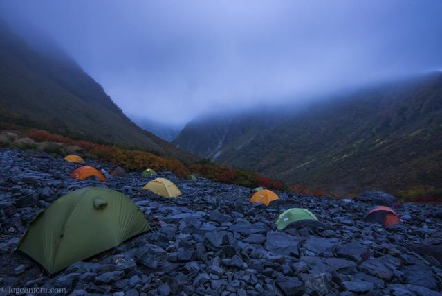 雨の涸沢 テント場