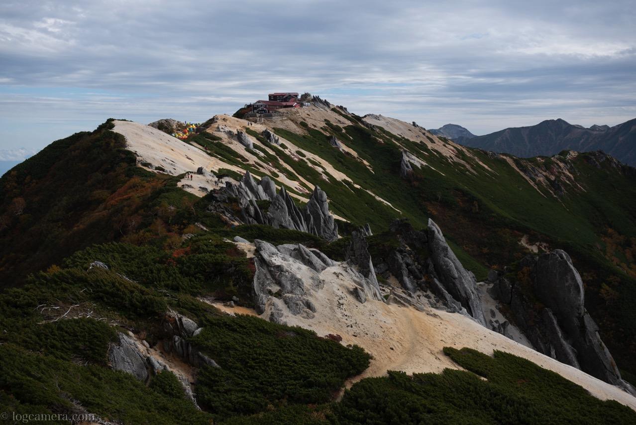 燕岳 山頂から山荘方面を見る