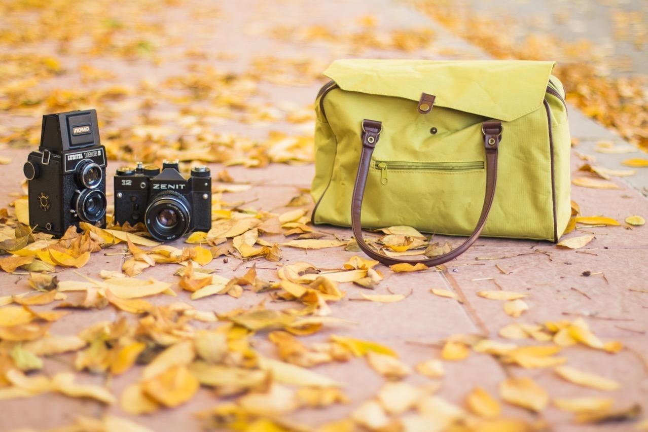 ハンドバッグとカメラ