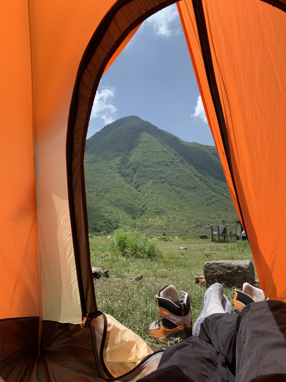 テントから見上げる山
